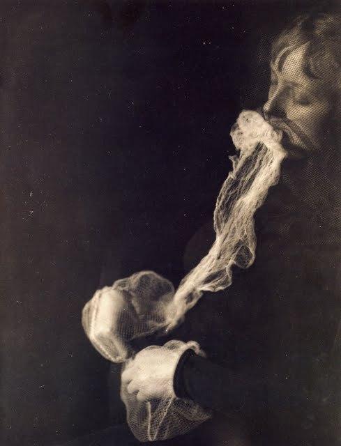 Schrenck-Notzing, Le médium Stanislawa P. avec un voile ectoplasmique, 1923